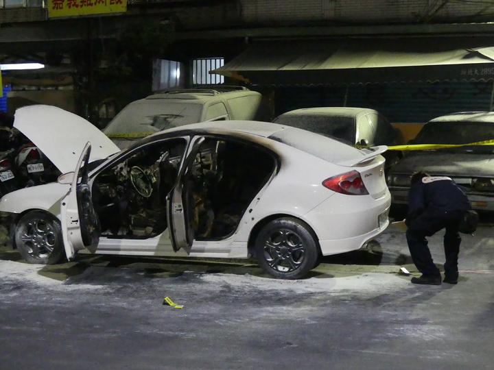 三重區仁義街昨晚發生槍擊案,1輛轎車被焚毀。記者林昭彰/攝影