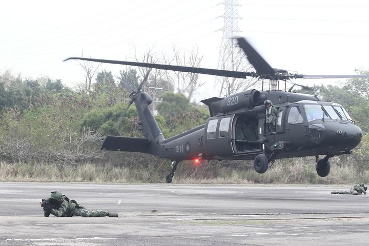 陸軍上午舉行「濱海城鎮要地行軍訓練」,陸軍航特部實施地空滲透突擊訓練。記者黃仲裕/攝影