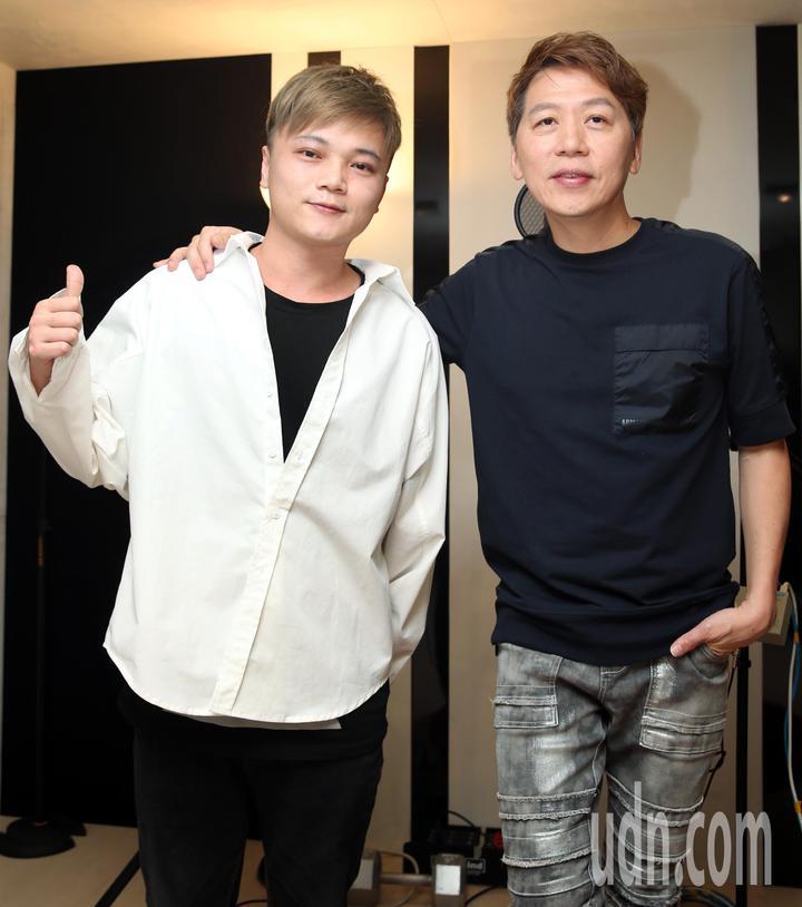 林偉龍(左)與洪敬堯錄製「兄弟呀」新歌。記者侯永全/攝影
