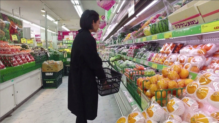 根據聯合國統計,日本人均塑膠用量高居全球第二,僅次於美國。凡是買過日本伴手禮的人可能都有感,商品層層細緻包裝,隱藏著日本特有的「多禮」文化,也造就了驚人的塑膠使用量。圖片擷取法新社影片