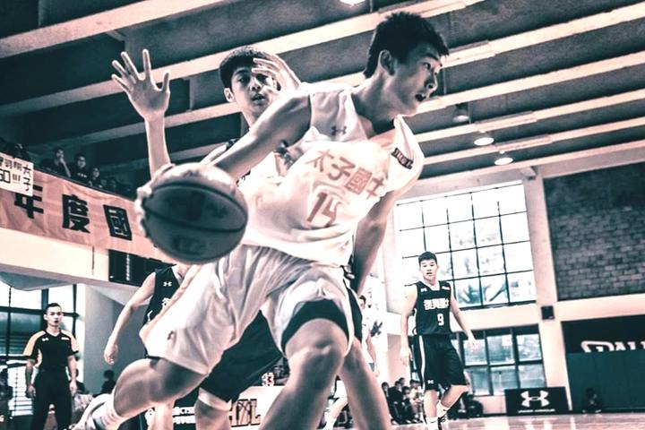 太子國中男籃隊打進前8強,球員全力求勝。圖/太子國中提供
