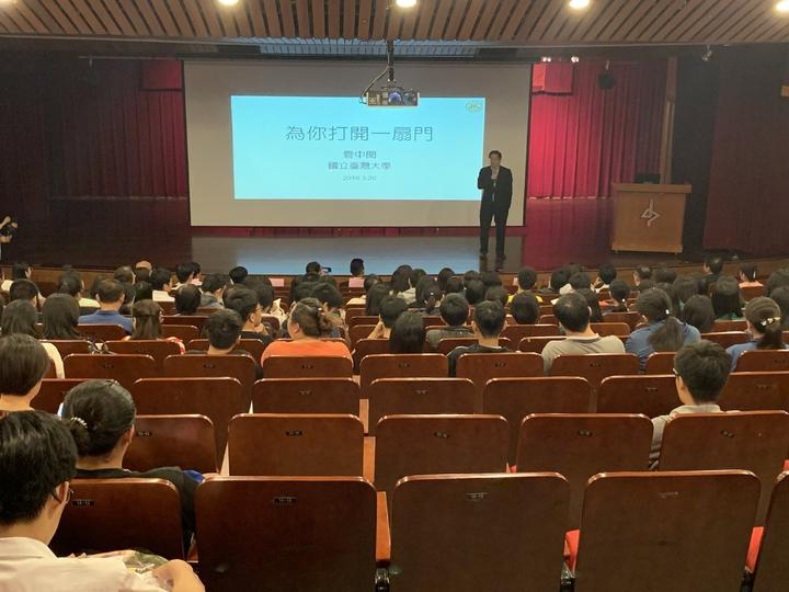 台大校長管中閔看見台灣人才流失危機,今年首次親自出馬到台中辦招生說明會,不過宣傳時間過短,現場僅來約百餘名家長和學生。記者喻文玟/攝影
