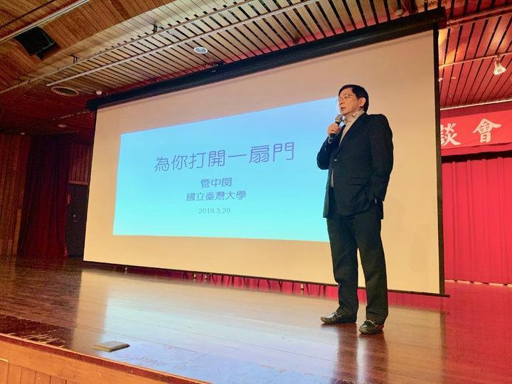台大校長管中閔看見台灣人才流失危機,今年首次親自出馬到台中辦招生說明會,他說,「誰說大象不能跳舞?台大也能改變。」記者喻文玟/攝影