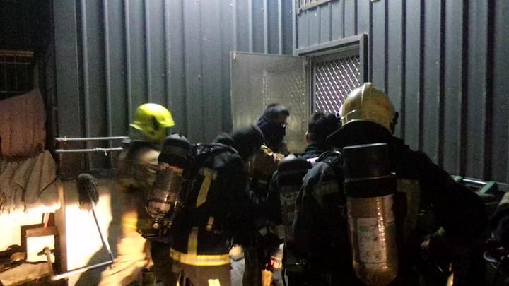 消防隊員由餐廳後門進屋察看,才知道是消毒水煙。記者林保光/攝影