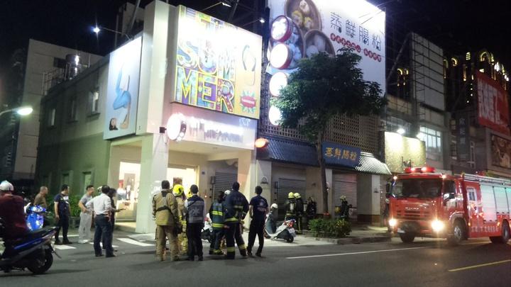 高雄市左營區裕誠路的腸粉餐廳今晚冒煙,讓居民和商家以為發生火警,消防隊立刻動員到場。記者林保光/攝影