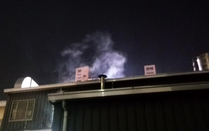 高雄市左營區裕誠路的腸粉餐廳今晚冒出陣陣白煙,居民和商家以為發生火警。記者林保光/攝影