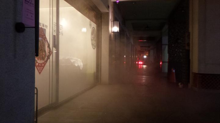高雄市左營區裕誠路的腸粉餐廳今晚因置消毒水煙,餐廳內煙霧瀰漫,消防隊開門後,白煙冒出店面。記者林保光/攝影