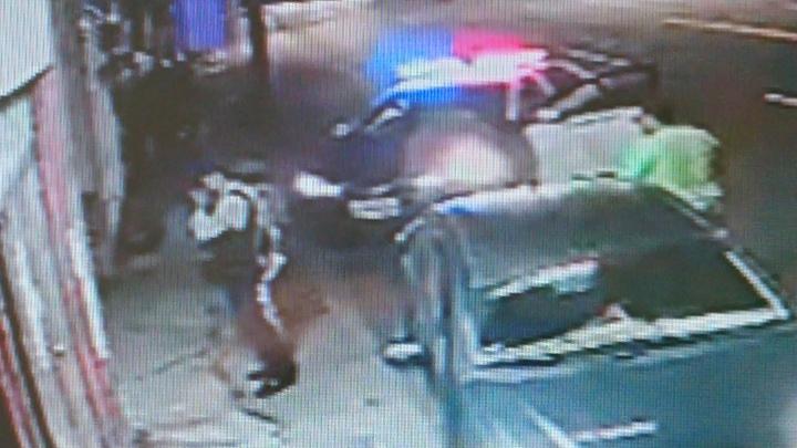 陳男被刺傷後倒在檳榔攤外,警方到場調查。 記者卜敏正/翻攝
