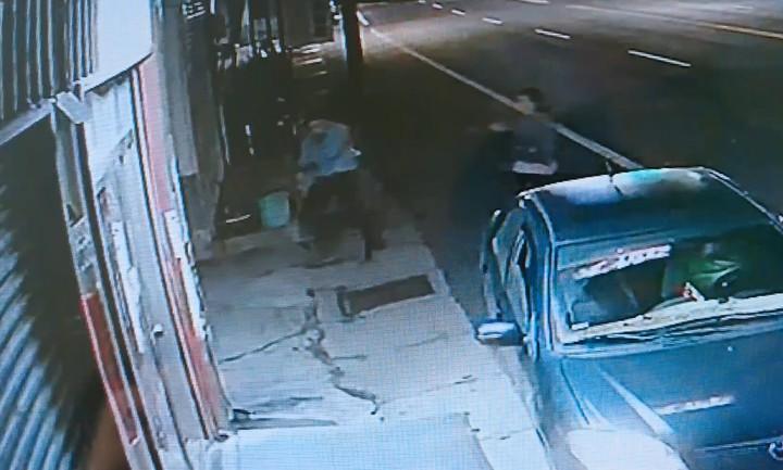 陳男被刺傷後跑到檳榔攤求救。記者卜敏正/翻攝
