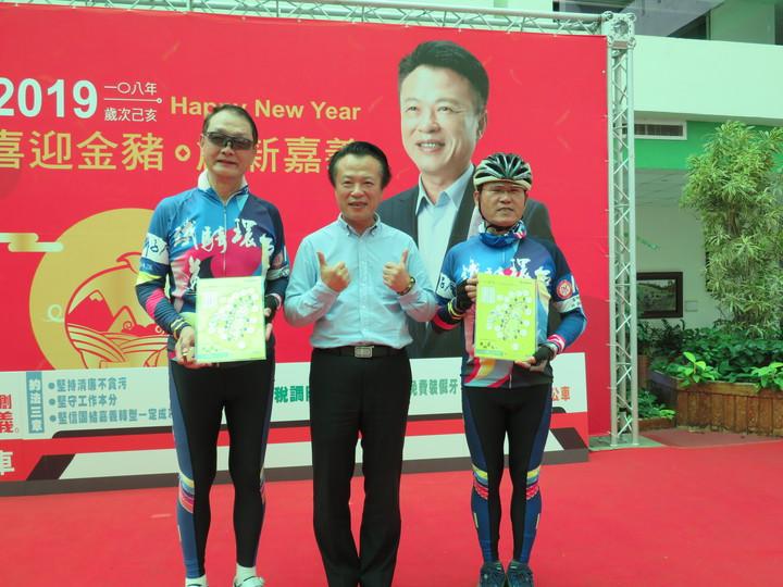 國際獅子會300A2區榮譽副總監楊崇銘(左)與縣長翁章梁(中)展示環台紀念章圖。記者魯永明/攝影