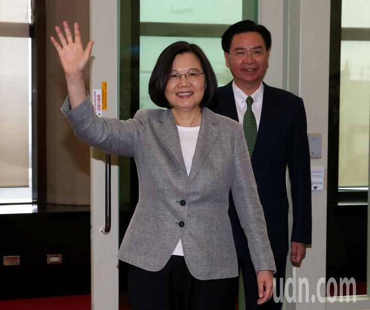 蔡英文總統(左)21日下午3時搭乘中華航空公司專機前往大洋洲友邦訪問,展開8天7夜「海洋民主之旅」訪問行程。記者陳嘉寧/攝影