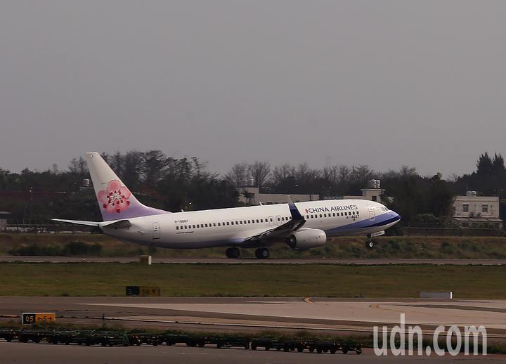 蔡英文總統21日下午3時搭乘中華航空公司專機(如圖)前往大洋洲友邦訪問,展開8天7夜「海洋民主之旅」訪問行程。記者陳嘉寧/攝影