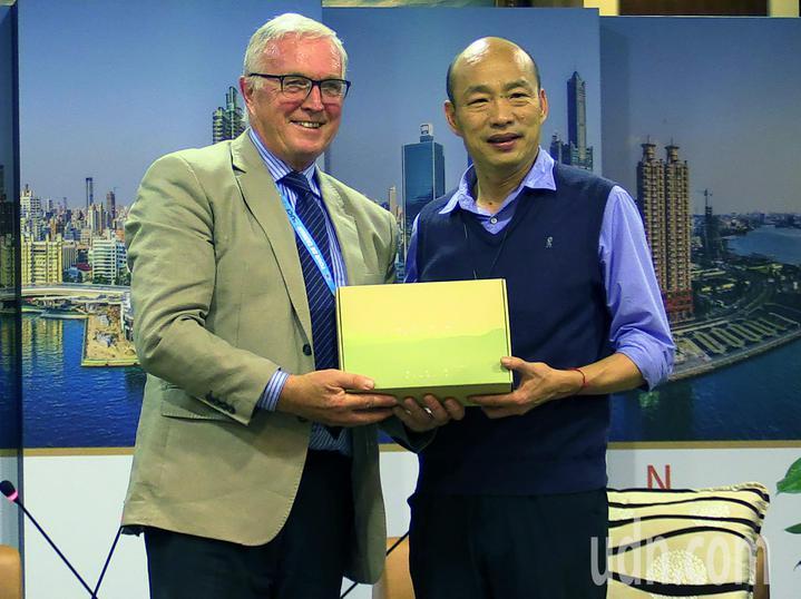 高雄市長韓國瑜(右)接見國際自行車協會。記者劉學聖/攝影