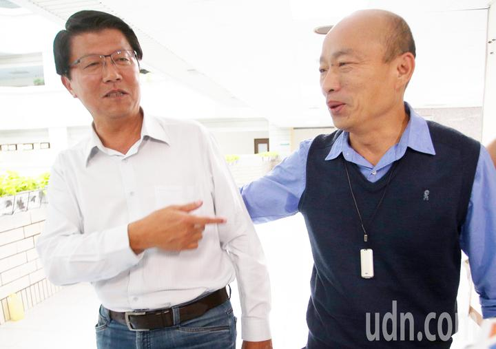 這次台南立委補選失利的謝龍介(左)專程來找韓國瑜(右)感謝三度情義相挺,還開玩笑說選完到現在「胸口還隱隱作痛、要去看復健科!」。記者劉學聖/攝影
