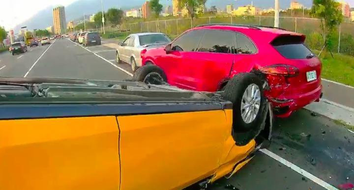 計程車撞上停車格中的保時捷。記者蕭雅娟/翻攝