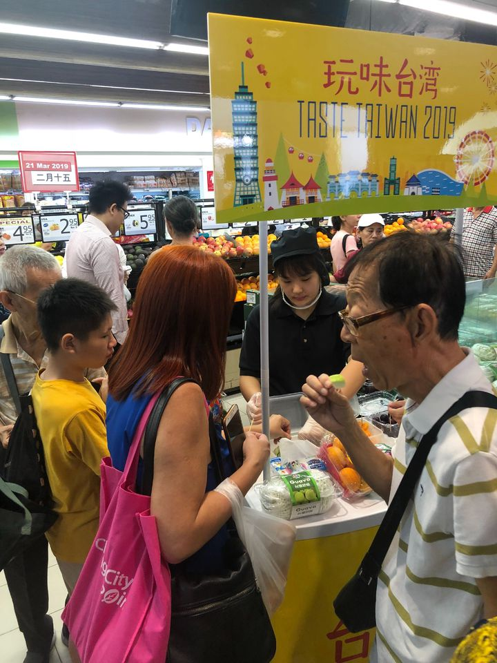 2019年「玩味台灣」台灣食品周今天在加坡NTUC fairprice超市開幕!圖/高雄市農業局提供