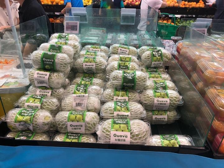 2019年「玩味台灣」台灣食品周今天在加坡NTUC fairprice超市開幕!活動從今天起27日止,為期一周,選台灣優質水果直送新加坡。圖/高雄市農業局提供