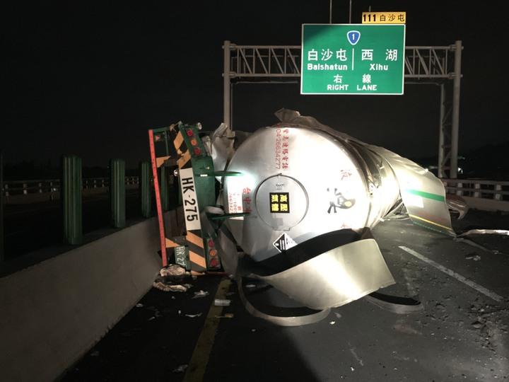 一輛運送液態氨的槽車晚間10點30分左右,在西濱快速公路苗栗縣通霄白沙屯北上路段失控翻覆。圖/苗栗縣消防局提供