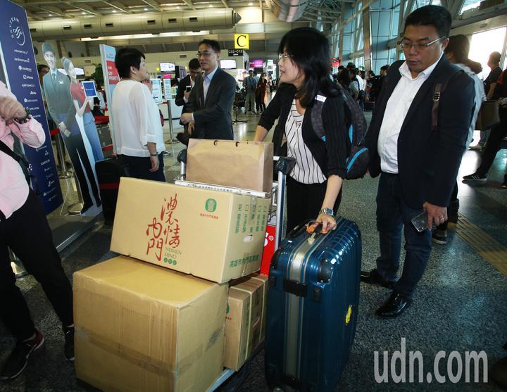 高雄市長韓國瑜出現小港機場準備登機前往港澳大陸行,市府準備伴手禮。記者劉學聖/攝影