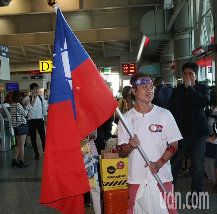 高雄市長韓國瑜出現小港機場準備登機前往港澳大陸行,韓粉帶國旗送機。記者劉學聖/攝影