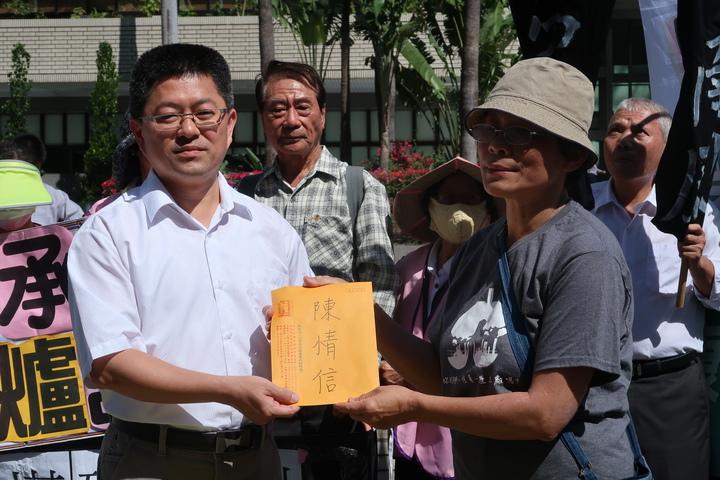 南部反空汙大聯盟向高雄市環保局遞交陳情書。記者徐如宜/攝影