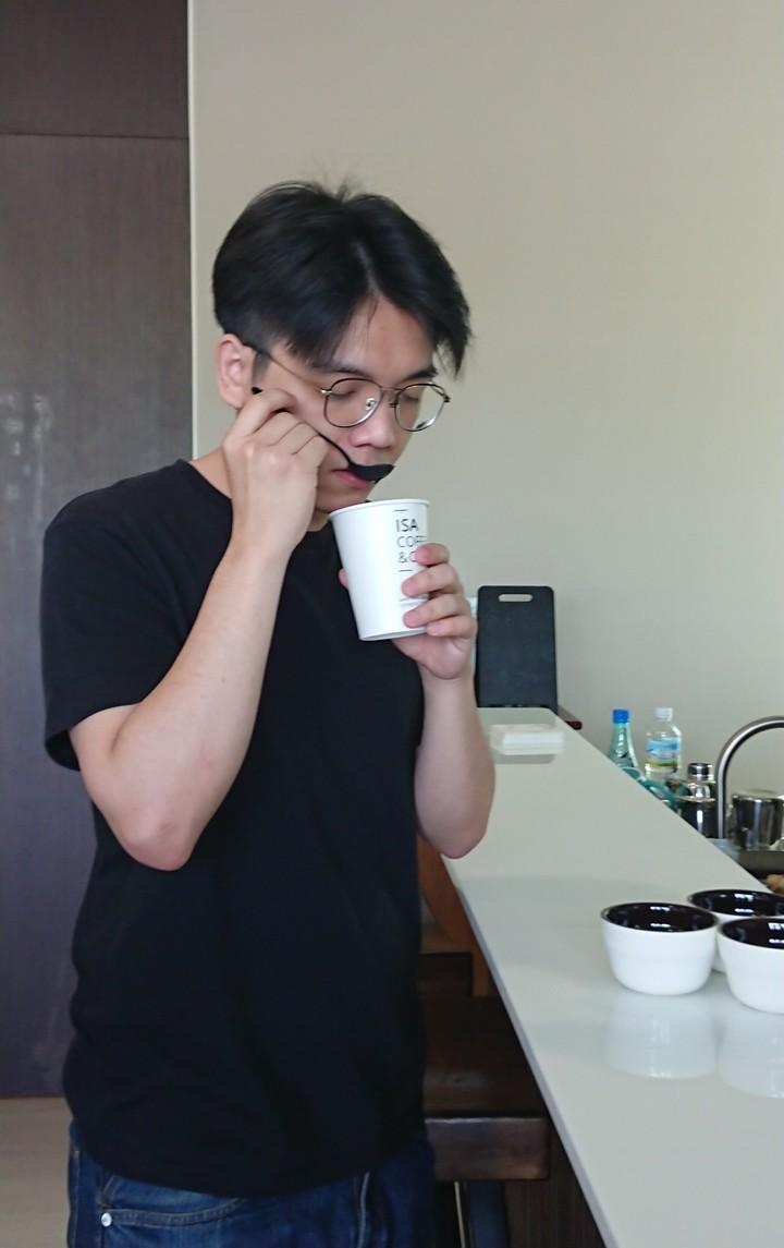曾楷崴示範杯測時如何啜飲、品嘗辨認咖啡。記者卜敏正/攝影
