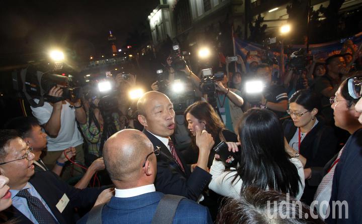 高雄市長韓國瑜帶著市府團隊特地租船前往著名的維多利亞港觀賞夜景,美麗的香江景色讓韓國瑜顯得心情大好。記者劉學聖/攝影