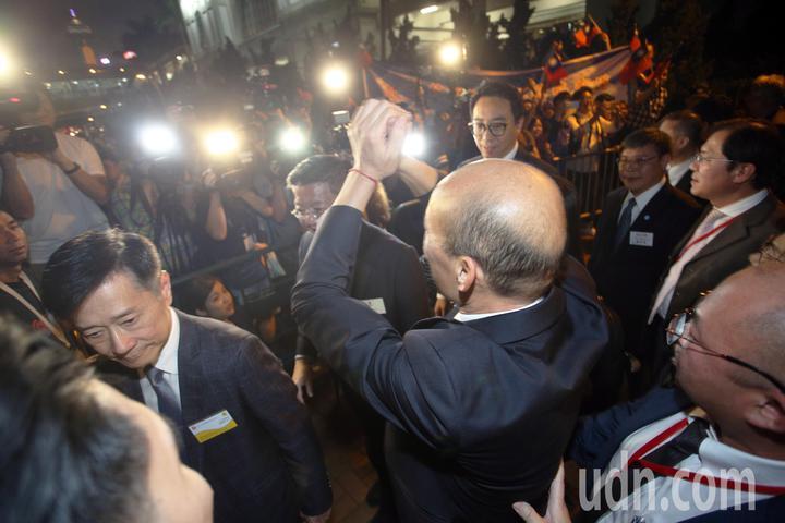 高雄市長韓國瑜帶著市府團隊特地租船前往著名的維多利亞港觀賞夜景,美麗的香江景色讓韓國瑜顯得心情大好,韓國瑜還向現場守護民眾揮手。記者劉學聖/攝影