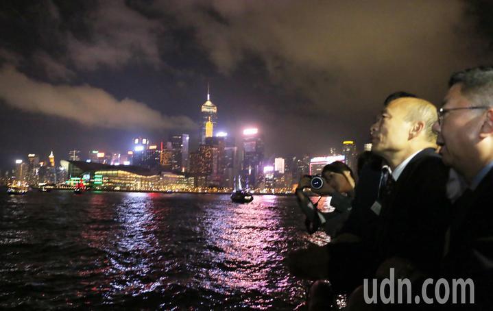 高雄市長韓國瑜帶著市府團隊特地租船前往著名的維多利亞港觀賞夜景,美麗的香江景色讓韓國瑜顯得心情大好。圖/高雄市政府提供