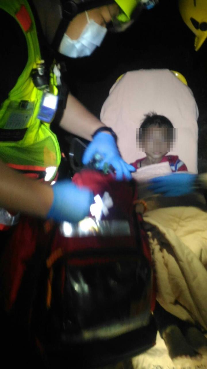 8歲男童機警趴在陽台通風處等待救援,因有輕微嗆傷,送中國醫藥大學附設醫院救治。圖/讀者提供