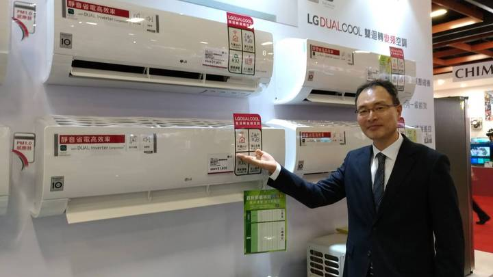 台灣LG電新任董事長宋益煥坐鎮家電展LG攤位,他表示,推出全系列家用空調,強調唯一內建WIFI的功能。記者張義宮/攝影