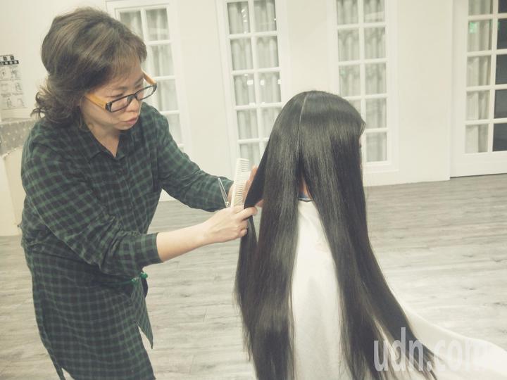 基隆市楓香舞蹈團6名小朋友在媽媽的陪同下,剪掉留了多年的長髮,捐給財團法人癌症希望基金會幫助罹癌患者。記者游明煌/攝影