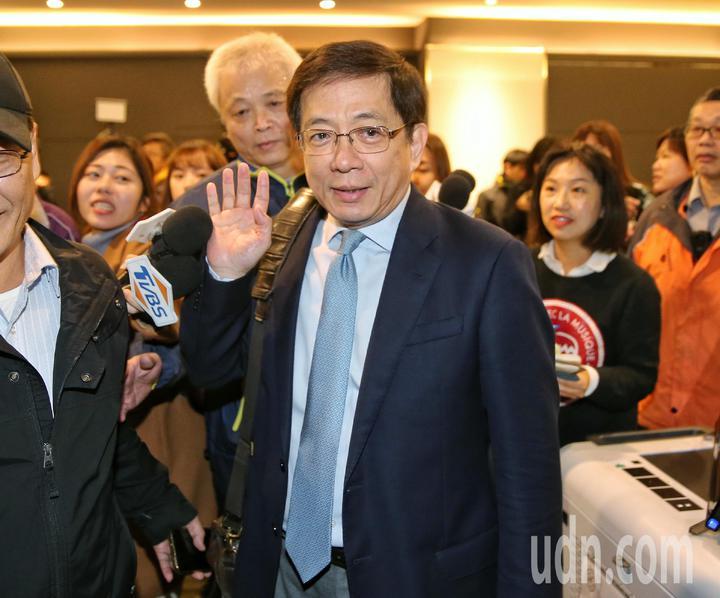 台大校長管中閔快步走進會議室。記者鄭清元/攝影
