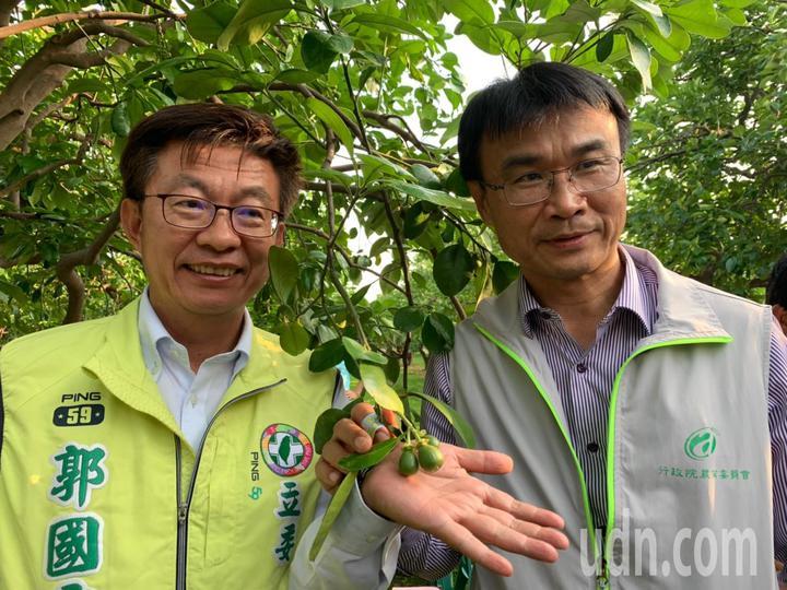 民進黨立委郭國文(左)說,他上任第一件事就是Line農委會主委陳吉仲,邀他到麻豆關心今年麻豆文旦產銷。記者吳淑玲/攝影