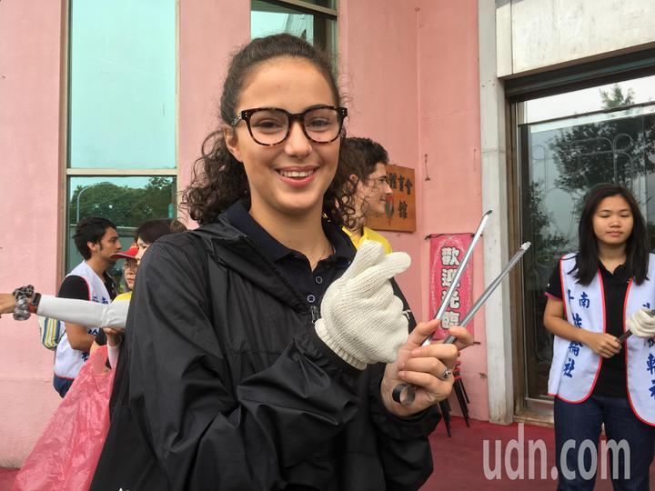 來自法國的交換女學生「王子芯」熱愛台灣,但她發現台灣的街上有許多垃圾,寫信給雲林斗南扶輪社,發起掃街活動,獲得扶輪社員及其他交換學生響應,今天一起清掃街道。記者陳雅玲/攝影