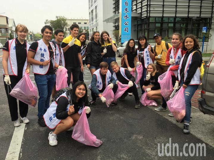 來自法國的交換女學生「王子芯」(後排左六)熱愛台灣,但她發現台灣的街上有許多垃圾,寫信給雲林斗南扶輪社,發起掃街活動,獲得扶輪社員及其他交換學生響應,今天一起清掃街道。記者陳雅玲/攝影
