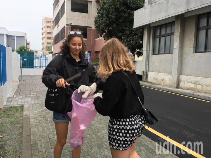 來自法國的交換女學生「王子芯」(左)熱愛台灣,但她發現台灣的街上有許多垃圾,寫信給雲林斗南扶輪社,發起掃街活動,獲得扶輪社員及其他交換學生響應,今天一起清掃街道。記者陳雅玲/攝影