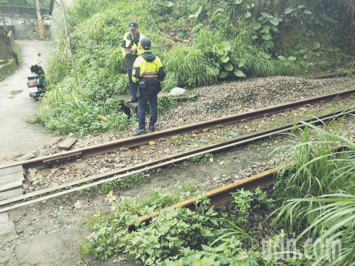 一名懷孕7個月孕婦騎機車經過基隆市調和街一處鐵道,擦撞火車,倒地送醫檢查。記者游明煌/攝影