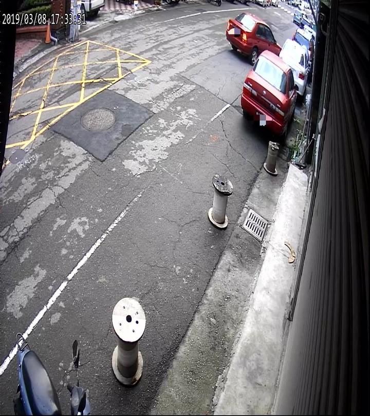 陳男駕駛紅色轎車擦撞章女白色車輛後肇逃,警方過濾監視器逮人。記者林佩均/翻攝