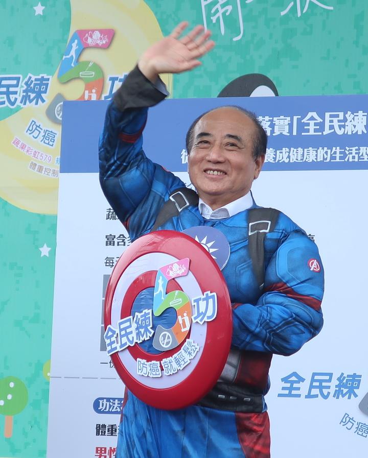 立法院前院長王金平身著「台灣隊長」裝扮,他表示會參選到底。記者徐如宜/攝影
