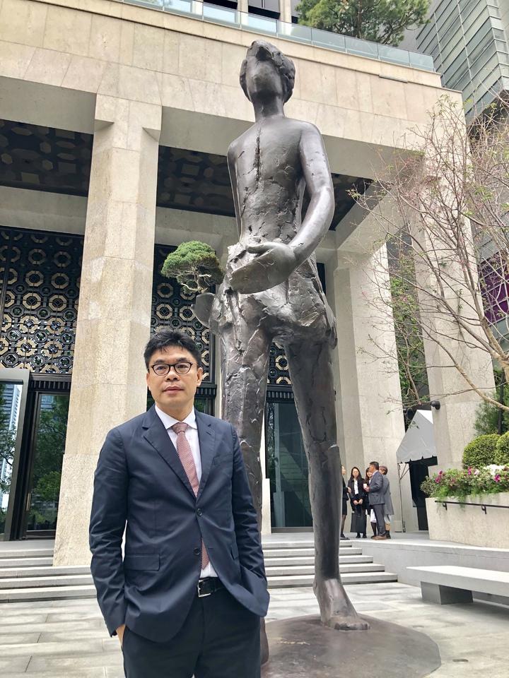 聯聚董事長江韋侖打造高這座6.8公尺,重1.3公噸的青銅人形雕塑,並將此雕塑命名為「行」,以邁步向前之姿態矗立於中雍廣場中。記者宋健生/攝影