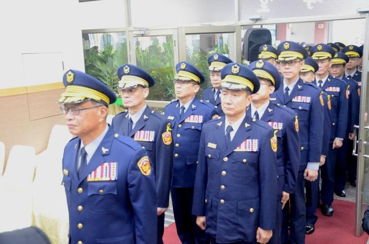 台南市政府警察局長黃宗仁(左一)率領警局同仁告別式,送王世賢最後一程。記者謝進盛/翻攝