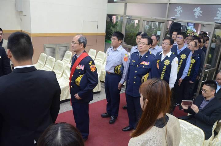 麻豆警分局楊慶裕(披紅帶者)率領分局同仁致哀。記者謝進盛/翻攝