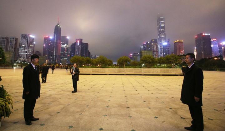 高雄市長韓國瑜與太太李佳芬在深圳市政府安排下,今晚抵達市民中心廣場欣賞著名的深圳城市燈光秀,現場戒備森嚴。記者劉學聖/攝影