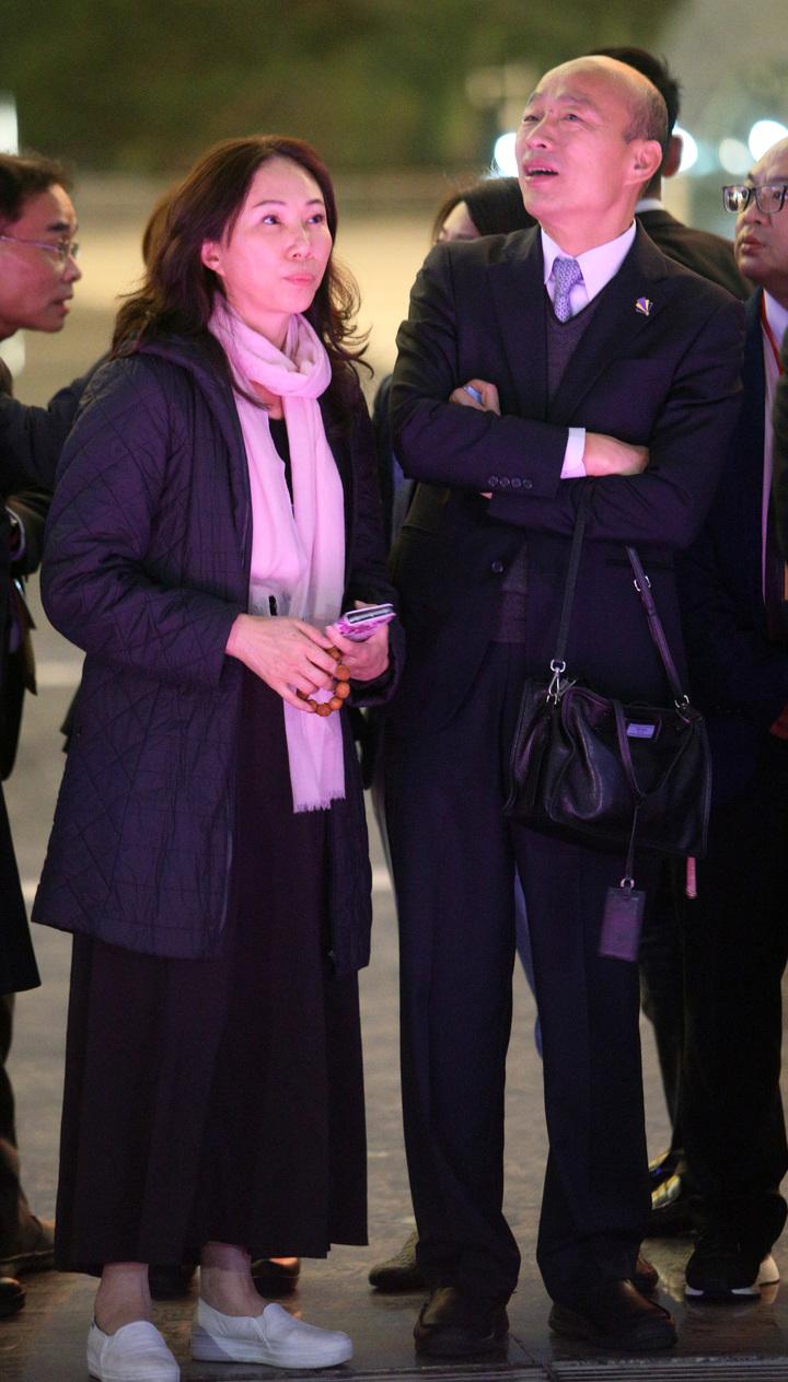 高雄市長韓國瑜與太太李佳芬在深圳市政府安排下,今晚抵達市民中心廣場欣賞著名的深圳城市燈光秀,媒體還發現韓國瑜從頭到尾都細心地幫太太李佳芬提著包包,展現愛妻風範。記者劉學聖/攝影