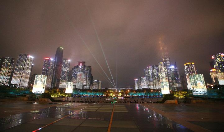 高雄市長韓國瑜與太太李佳芬在深圳市政府安排下,今晚抵達市民中心廣場欣賞著名的深圳城市燈光秀,一眼望去數十棟大樓在電腦燈光的控制下,呈現亮麗繽紛的動態表演,讓在場所有人都十分驚艷。記者劉學聖/攝影