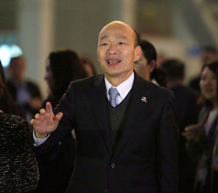 高雄市長韓國瑜與太太李佳芬在深圳市政府安排下,今晚抵達市民中心廣場欣賞著名的深圳城市燈光秀。記者劉學聖/攝影