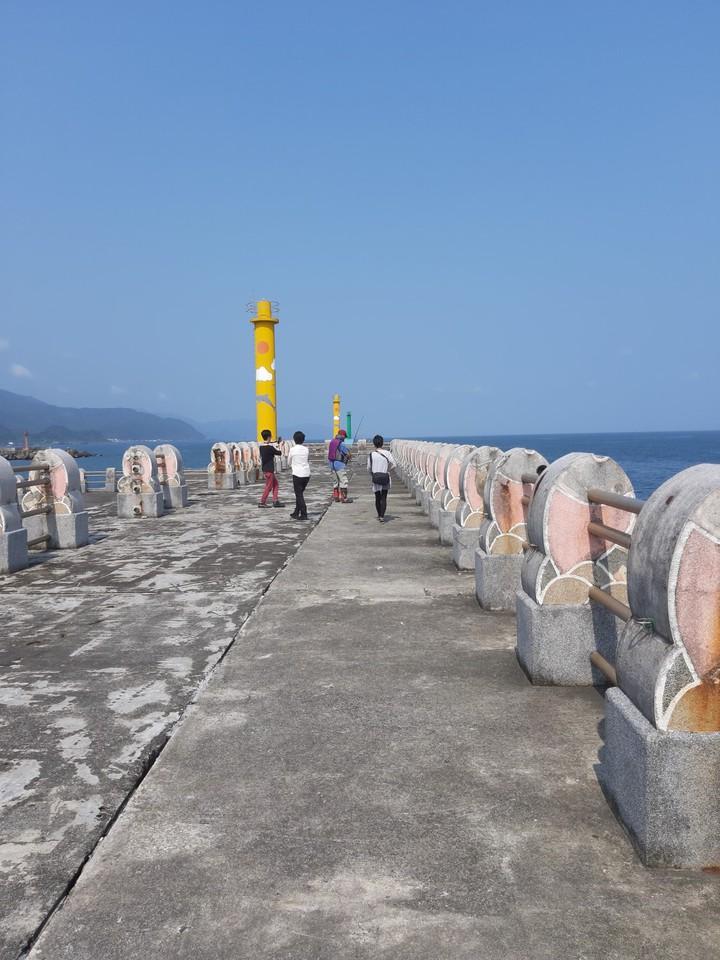 釣客俞澤宇發現烏石港「一字堤」的垂釣設施完善,只是釣客上不去。圖/俞澤宇提供
