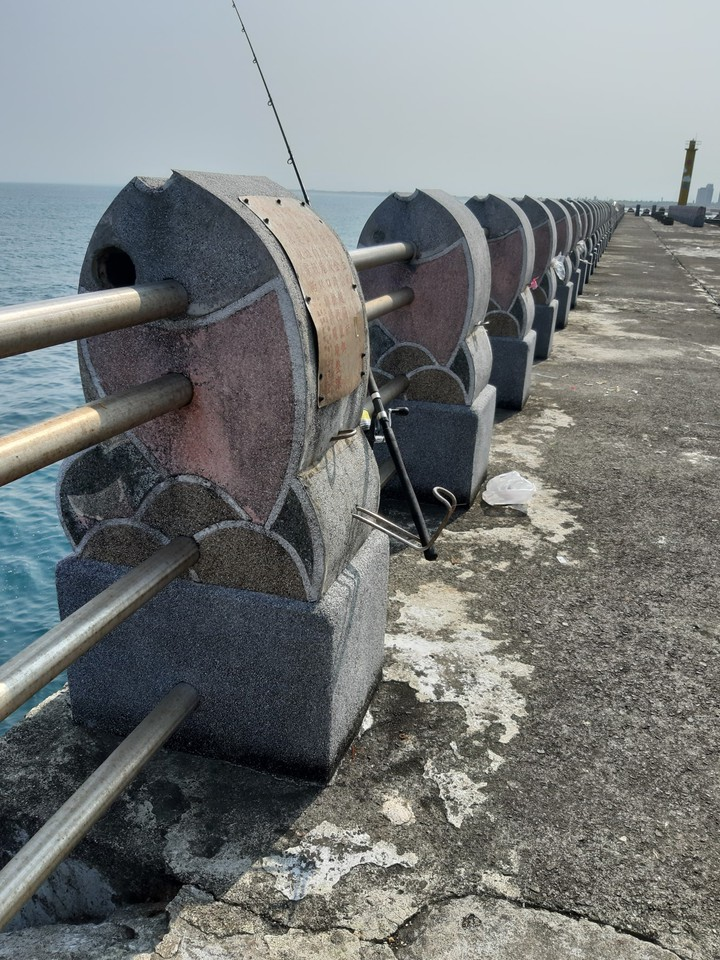 釣客俞澤宇發現烏石港「一字堤」的垂釣設施完善,連釣竿架都有。圖/俞澤宇提供