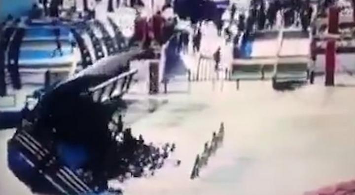 伊拉克第二大城摩蘇爾(Mosul),21日一艘渡輪因嚴重超載翻覆,造成至少102喪命,其中至少12人為兒童;最新曝光畫面顯示,渡輪離岸後不久就翻覆沉沒,乘客瞬間就被渡輪壓入水中,過程僅約20秒鐘,畫面相當駭人。圖片擷取《每日郵報》